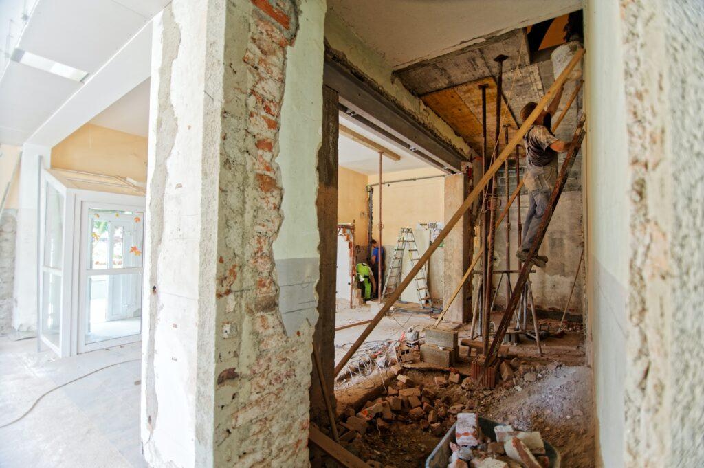 Artisan rénovant un bâtiment